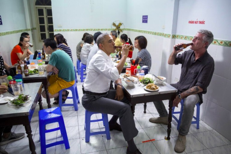 Anthony Bourdain and President Barack Obama dining in Vietnam. Photo courtesy of Pete Souza/Barack Obama Twitter